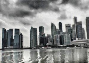 シンガポールのビル群に立ち込める雲