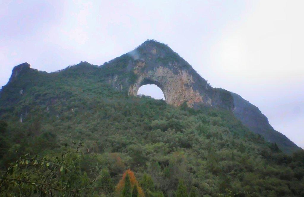 山にポッカリと穴があいたように見える月亮山