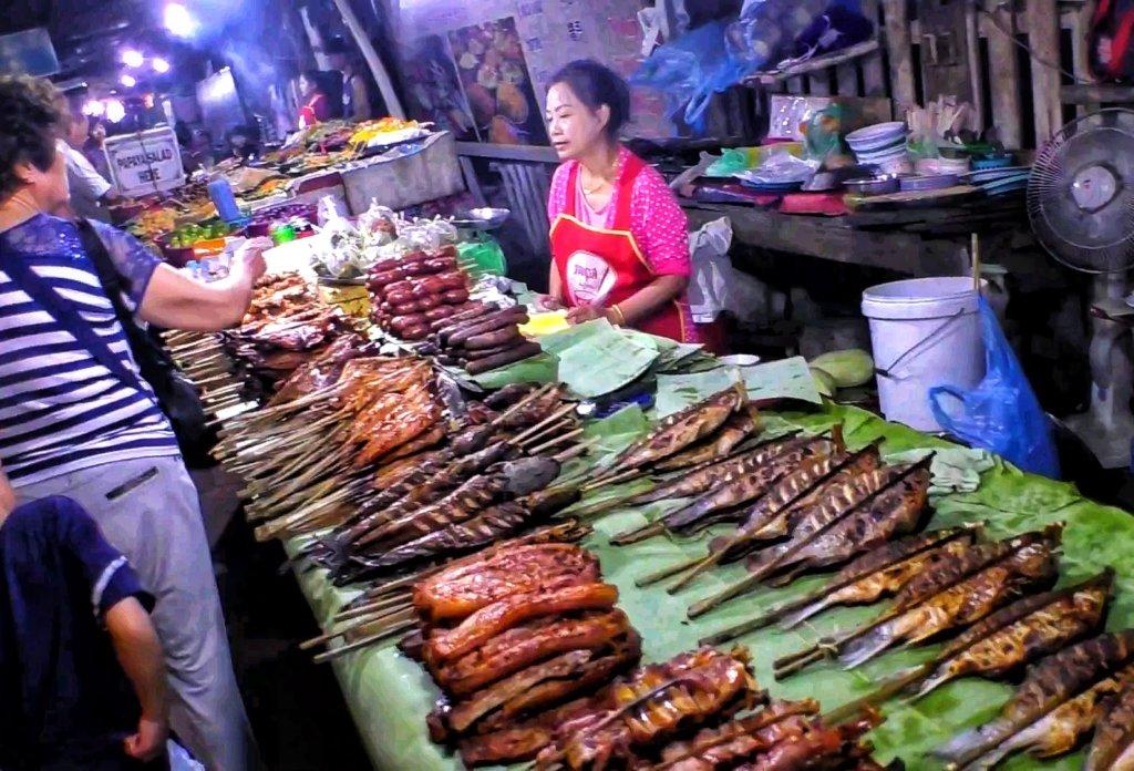 マーケットで焼き魚を売る女性, Woman selling grilled fish at the market