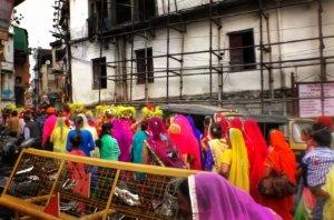 インドの結婚式に参加するカラフルな衣装の女性