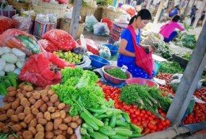 インレー湖の市場で野菜を売る女性,Woman selling vegetables at Inle Lake market