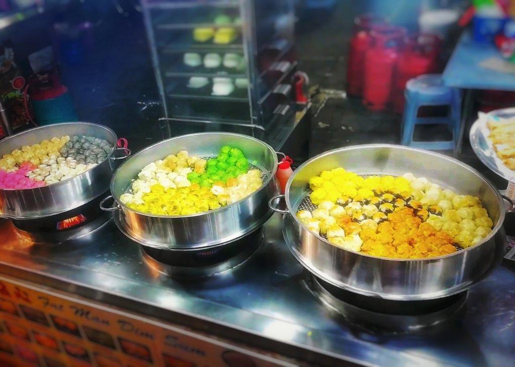 色鮮やかな焼売の並ぶクアラルンプールの屋台