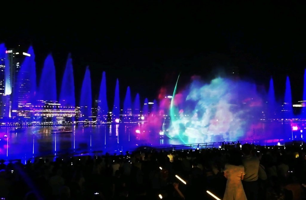 ライトアップに映える夜の噴水ショー