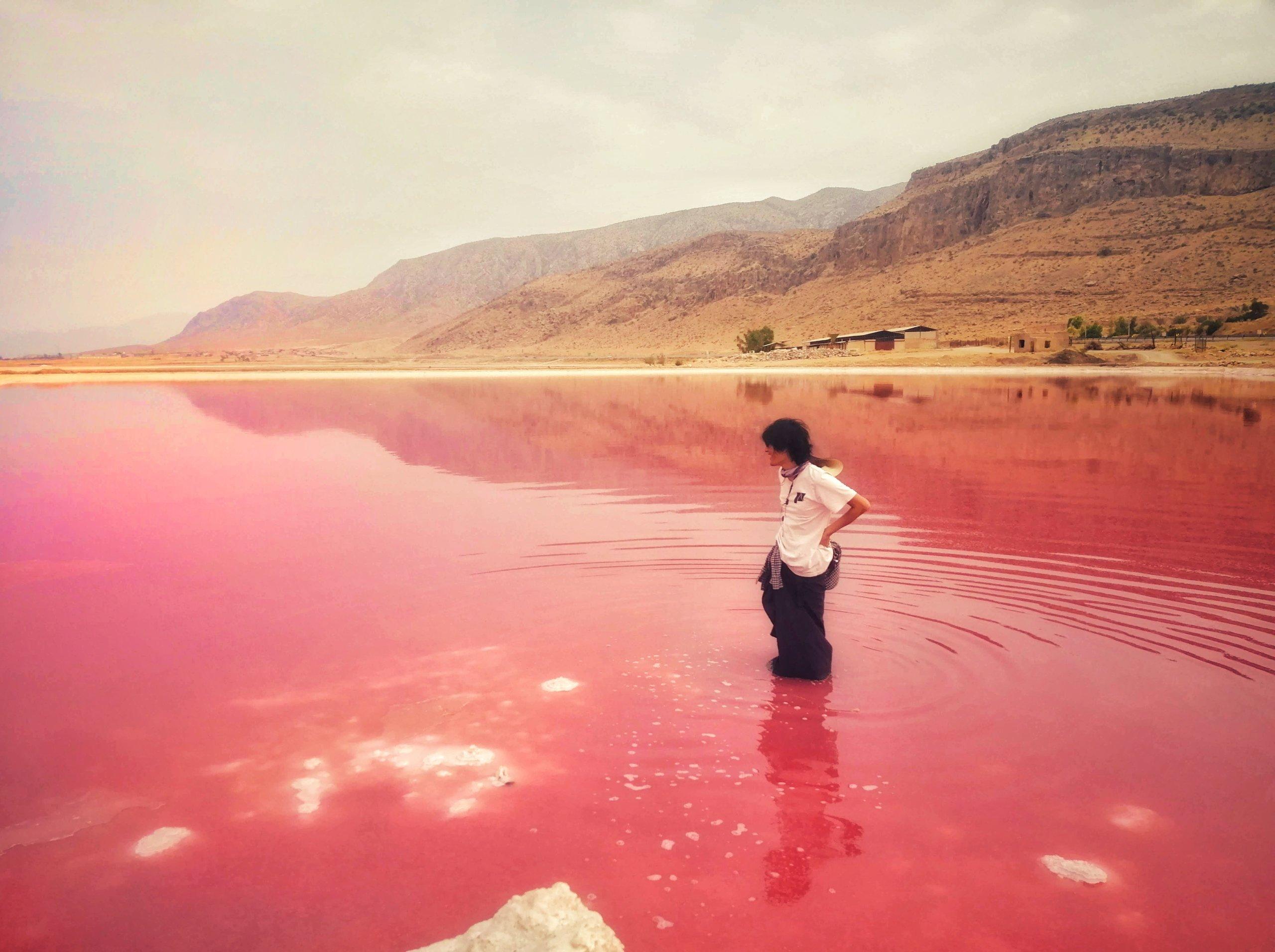 赤い湖と男性