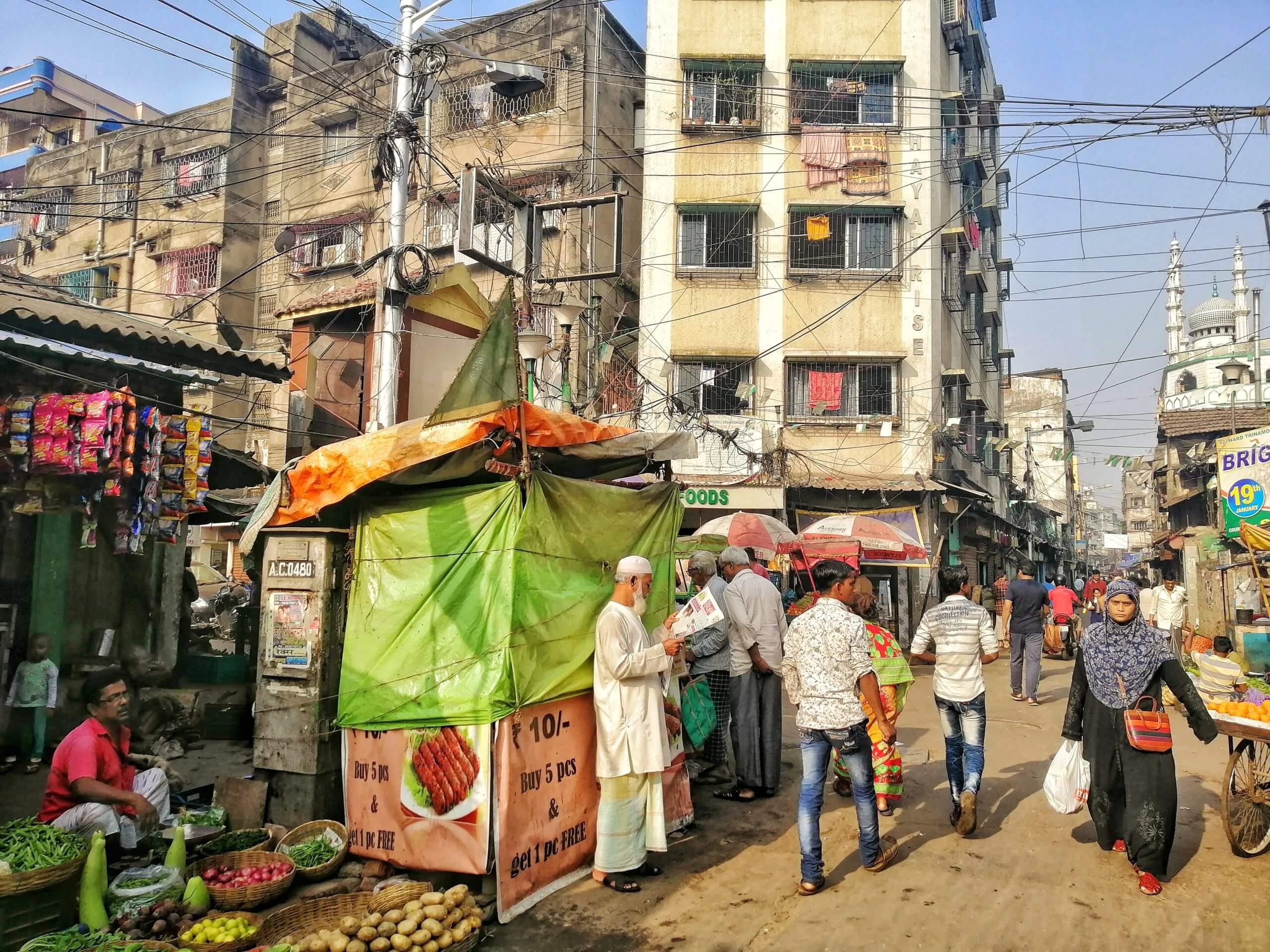 コルカタの街を歩く人々