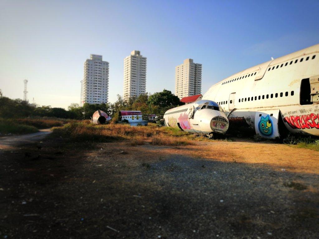 飛行機の墓場と夕暮れ