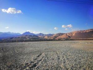 キルギスの砂利道