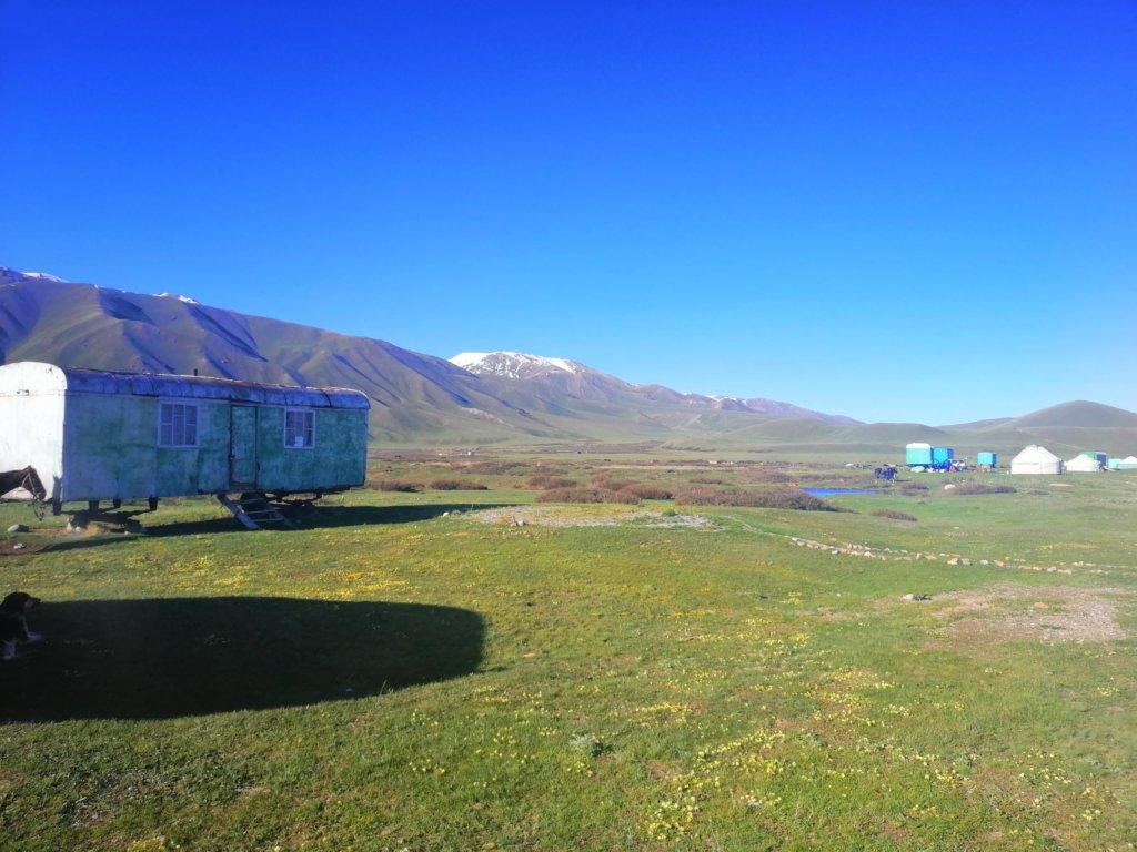 キルギスの山とトレーラーハウス