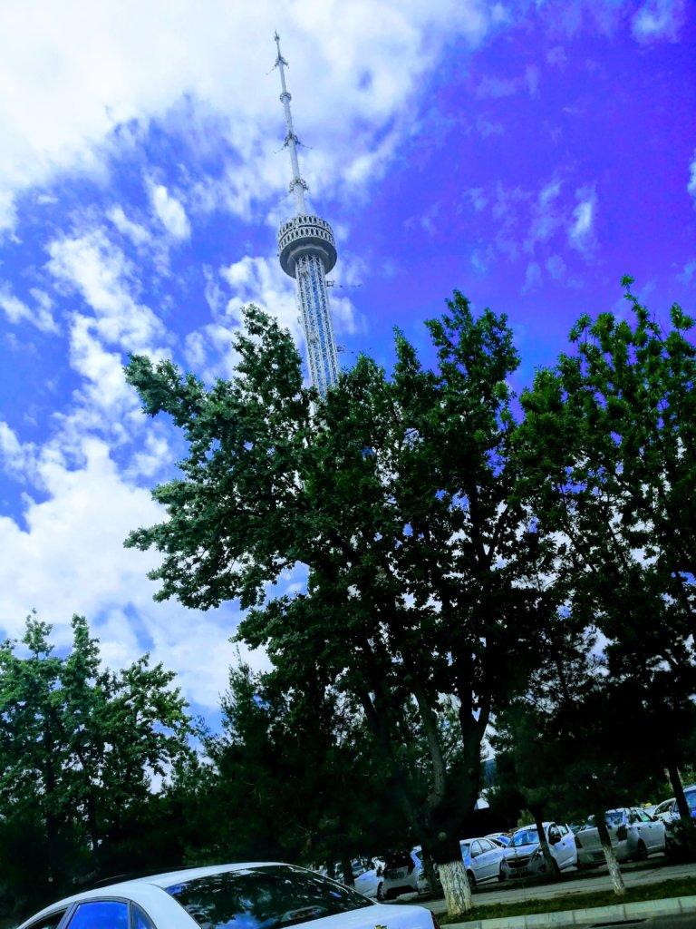 青い空にそびえるタワー