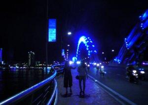 青く光るダナンの龍