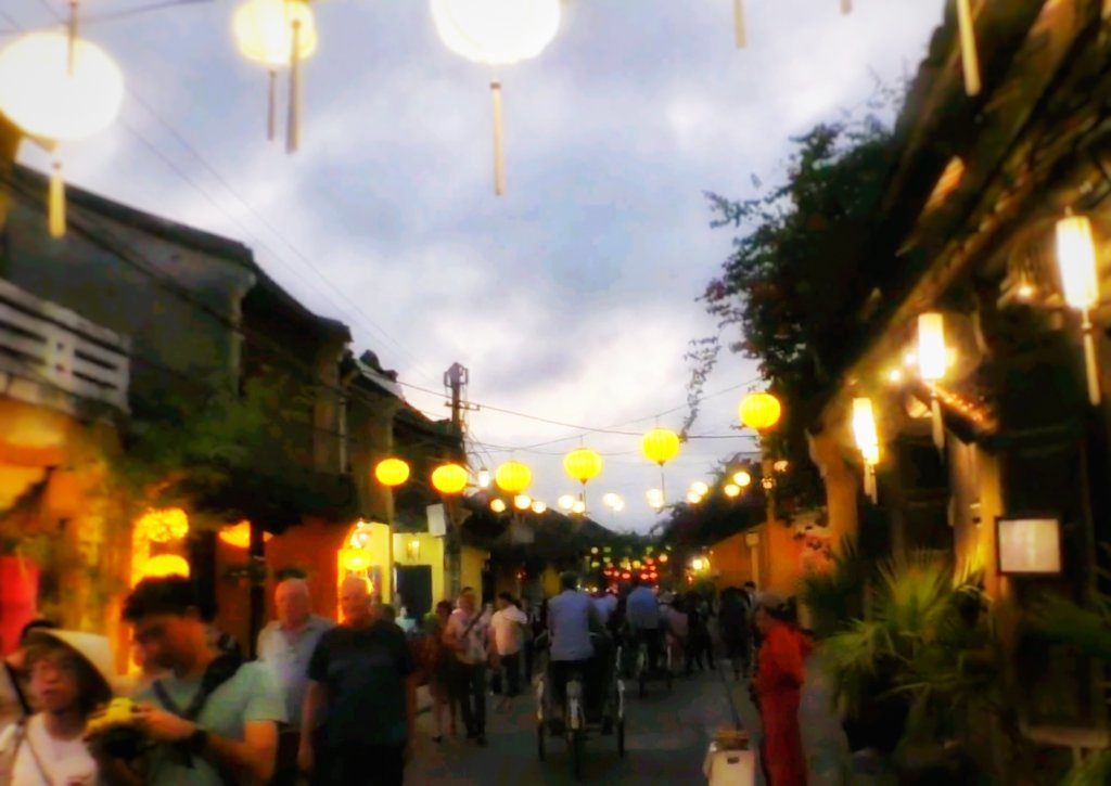 提灯の光るホイアンの街