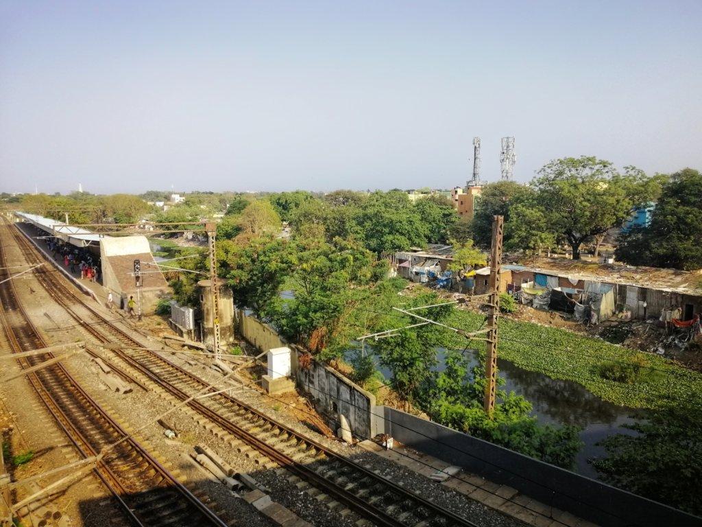 南インドの田舎の景色と鉄道