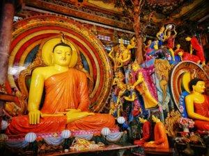 色鮮やかなスリランカの仏像