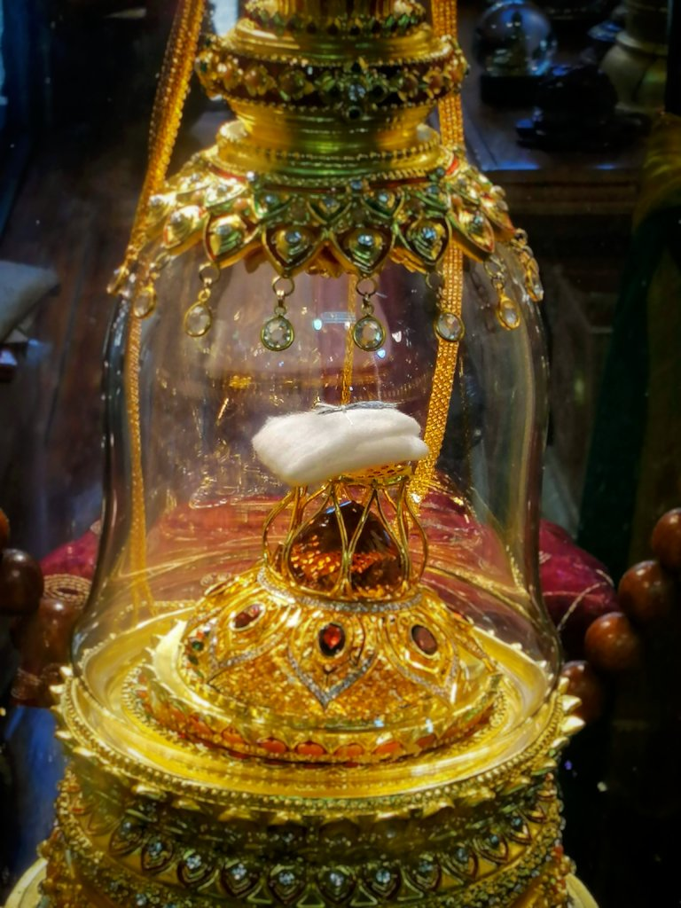 仏陀の毛髪が保管されたガラス