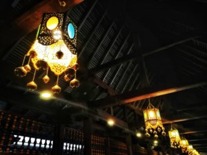 きれいな明かりが灯されている寺院内部