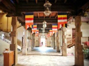 仏教旗の掲げられた通路