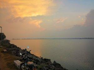 スリランカの湖と云う人バイク