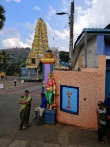 黄色いヒンズー寺院の入り口