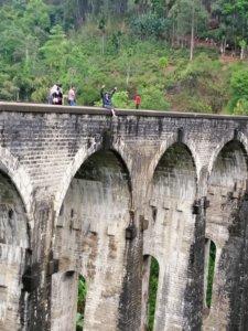 橋の上で手を振る男