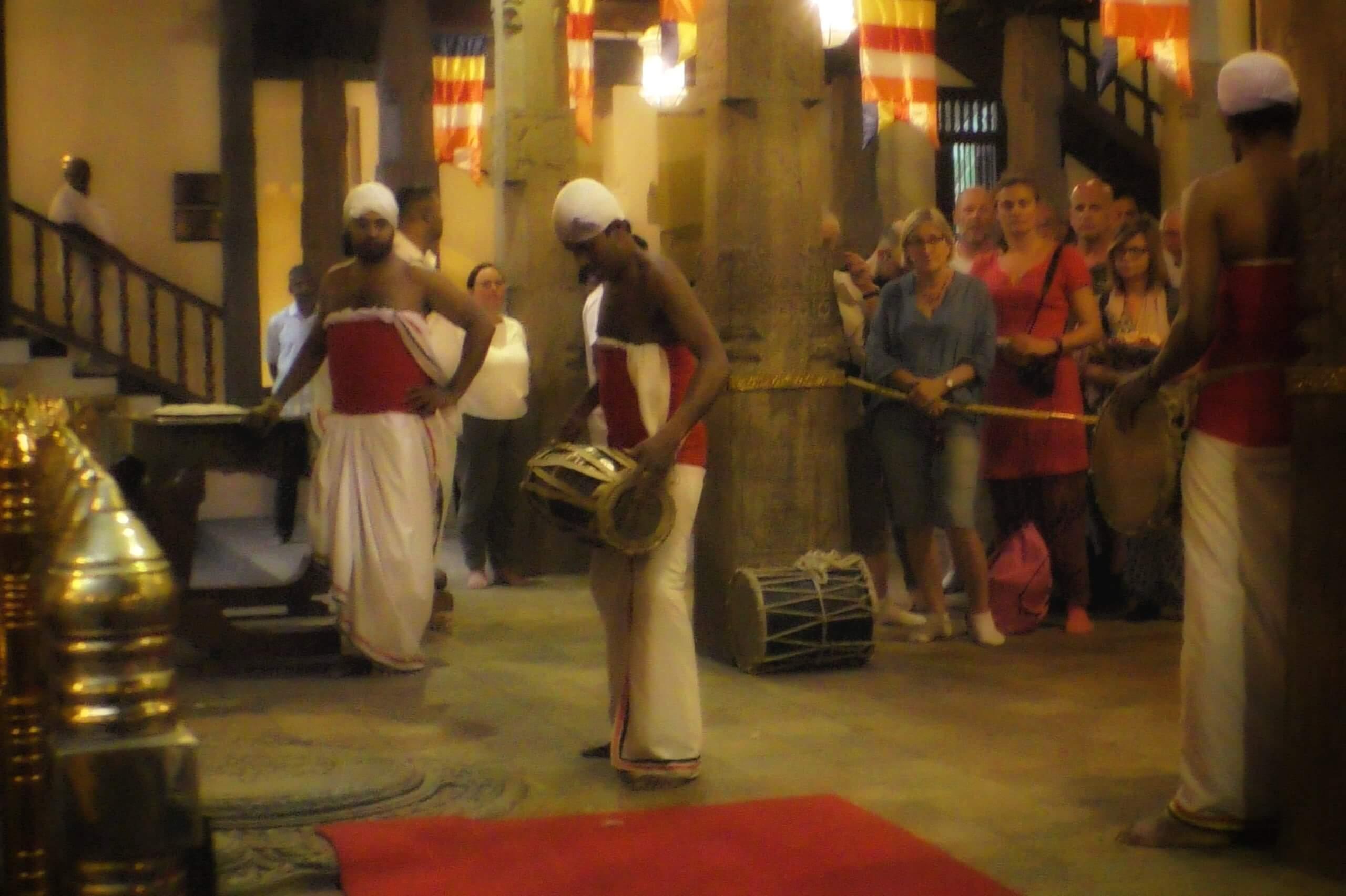 寺院で民族音楽を奏でる僧侶