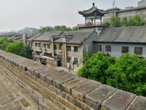 城壁の中に見える中華風の建物