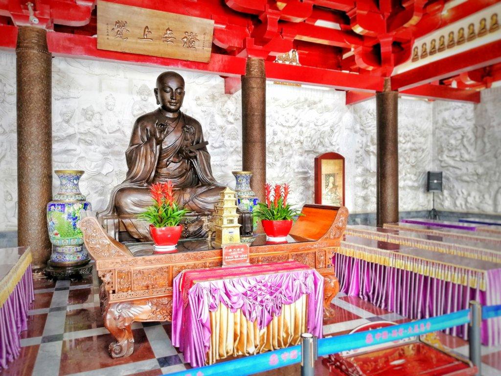 座禅を組む三蔵法師の像