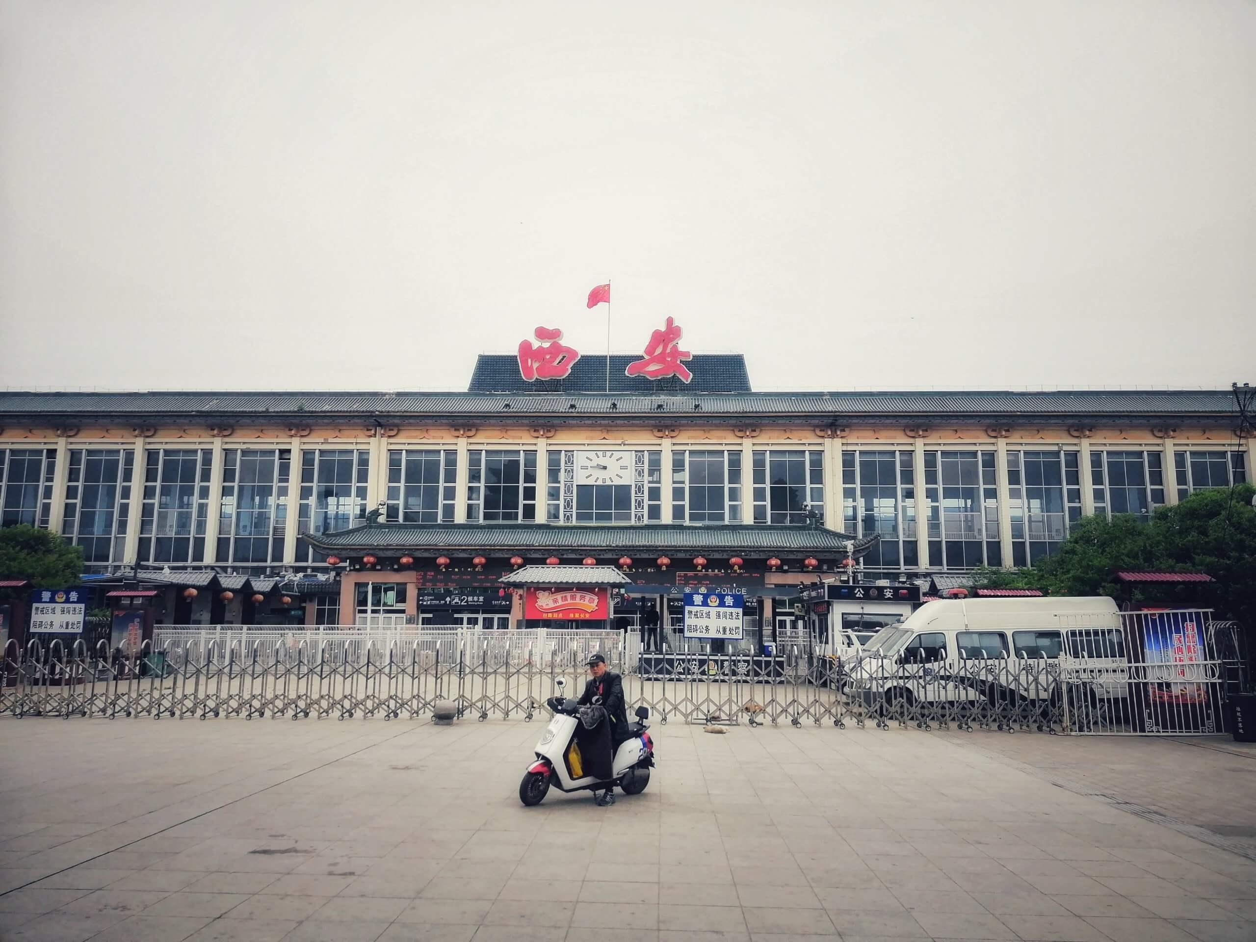 西安駅と原付バイク