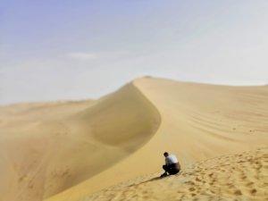 敦煌の砂漠:男と砂丘