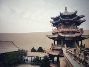 砂漠にそびえる中華風の塔