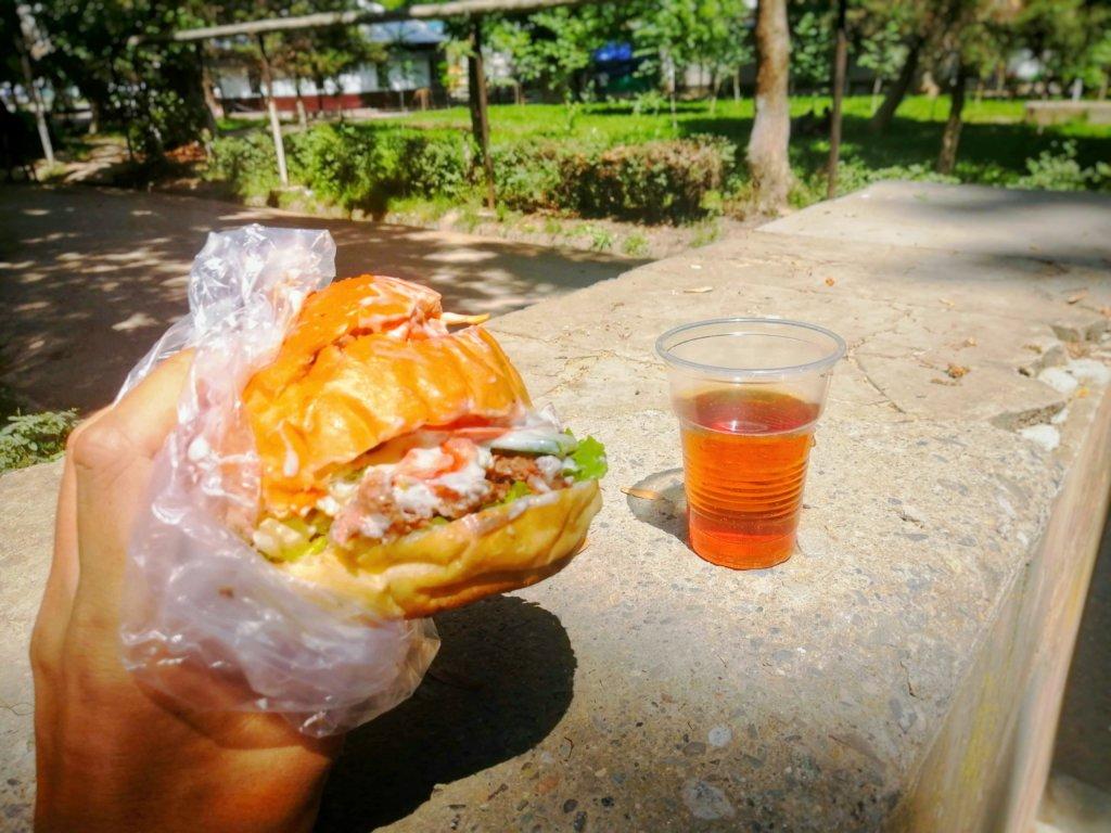 オシュで食べたハンバーガー