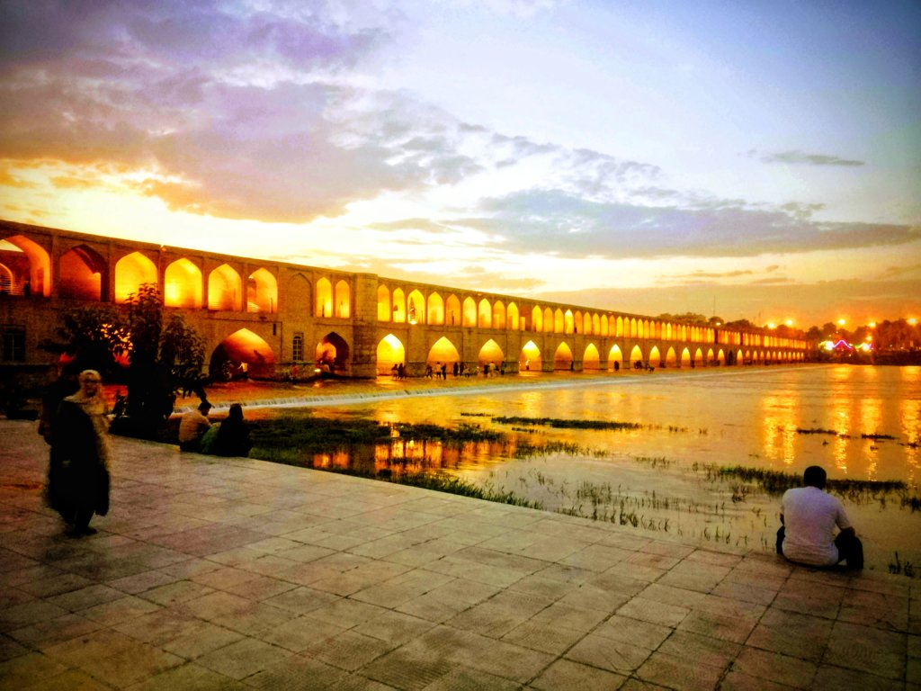 夕日に染まる煉瓦の橋