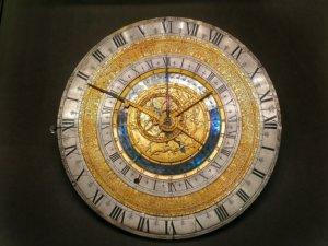 美しく豪華な円盤時計