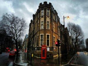 赤い公衆電話と雨の街