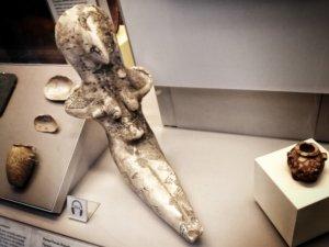原始的な形をしたエジプトの女神像
