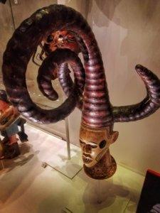 特徴的な装飾の首像