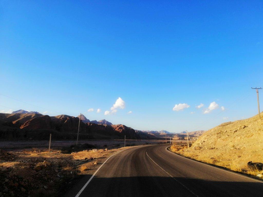 キルギスの荒山と空