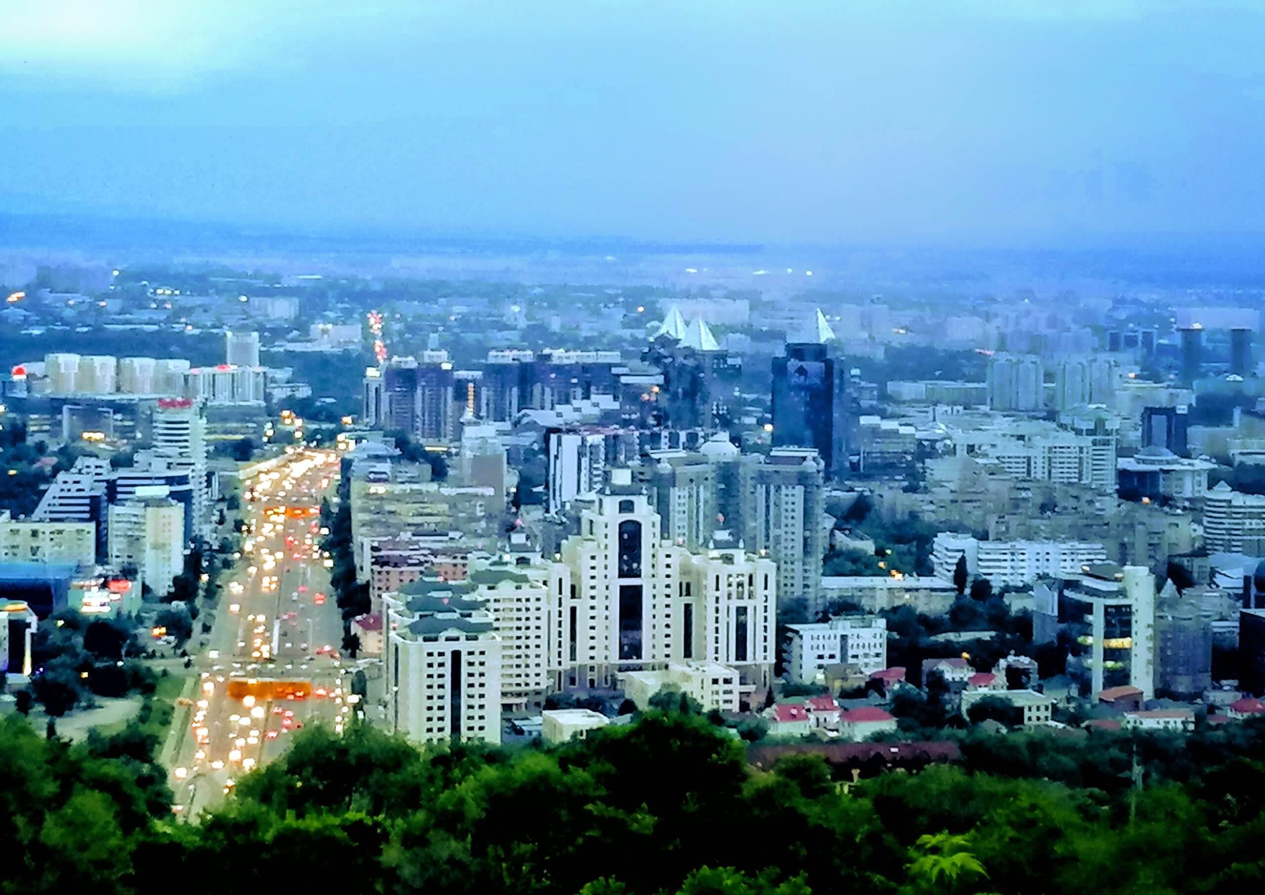 山の上から見たアルマティの街