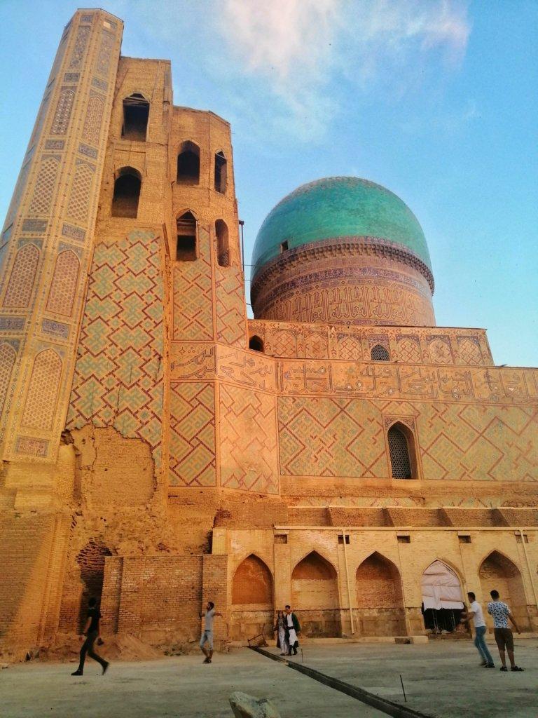 横から見たサマルカンドの大モスク