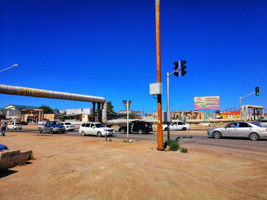 アクタウのガス管と道路