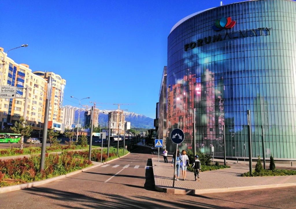 カザフスタンの近代的な街と空