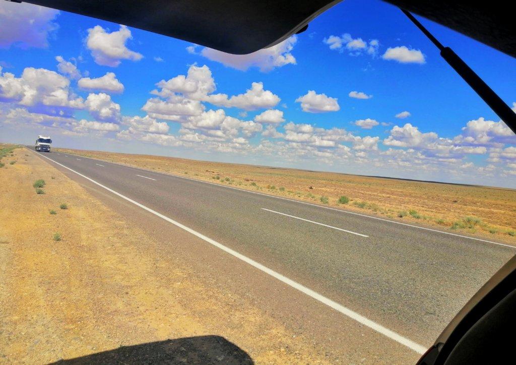 ウズベキスタン:荒野とトラック