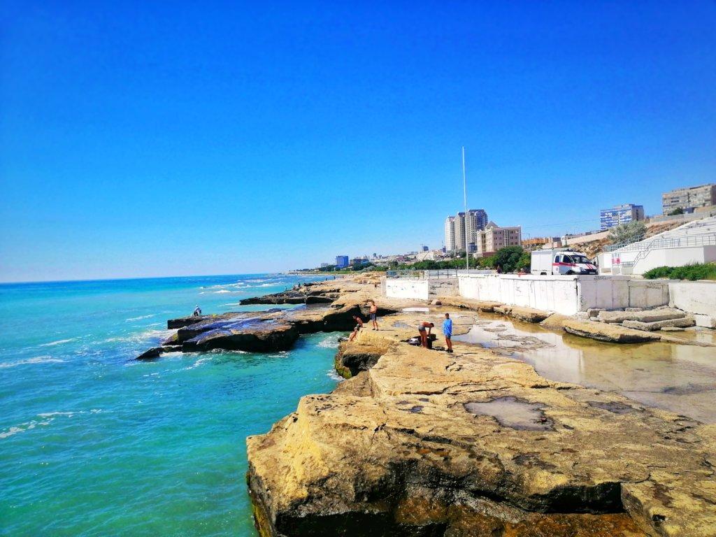 アクタウ:岩の浜辺