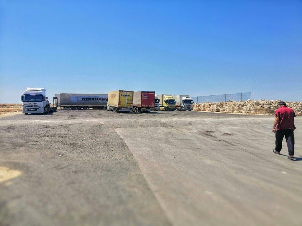 アクタウ埠頭に並ぶトラック