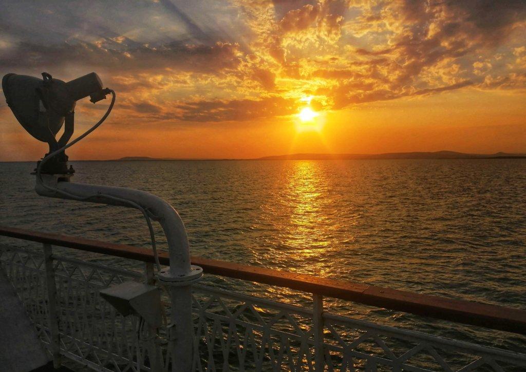 カスピ海の船:ライトと夕日