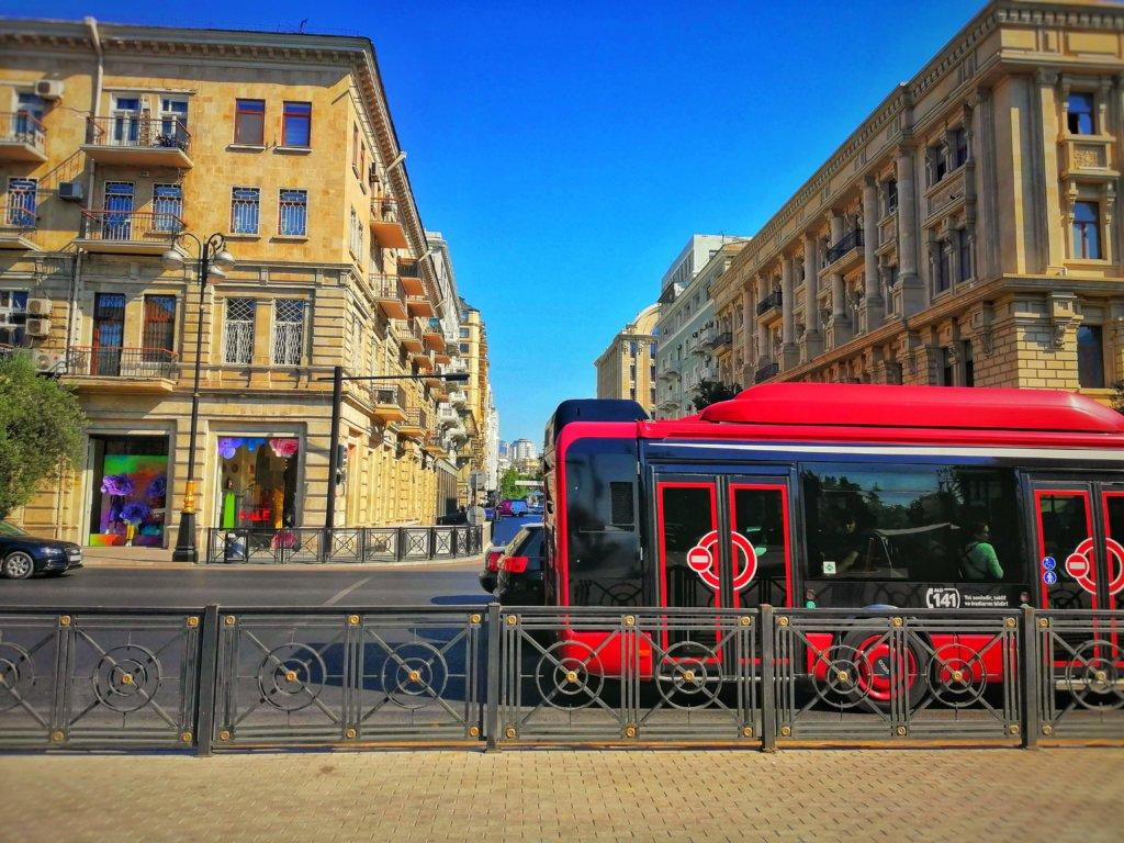 バクーの赤いバス