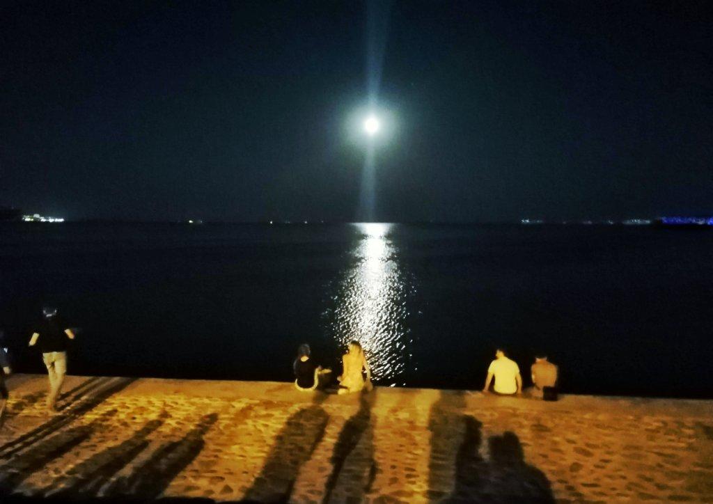 バクー:海岸と月の道