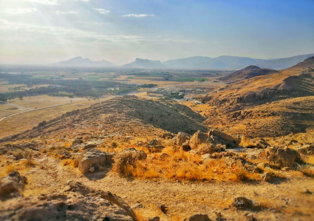 イラン:遠くに見えるペルセポリス