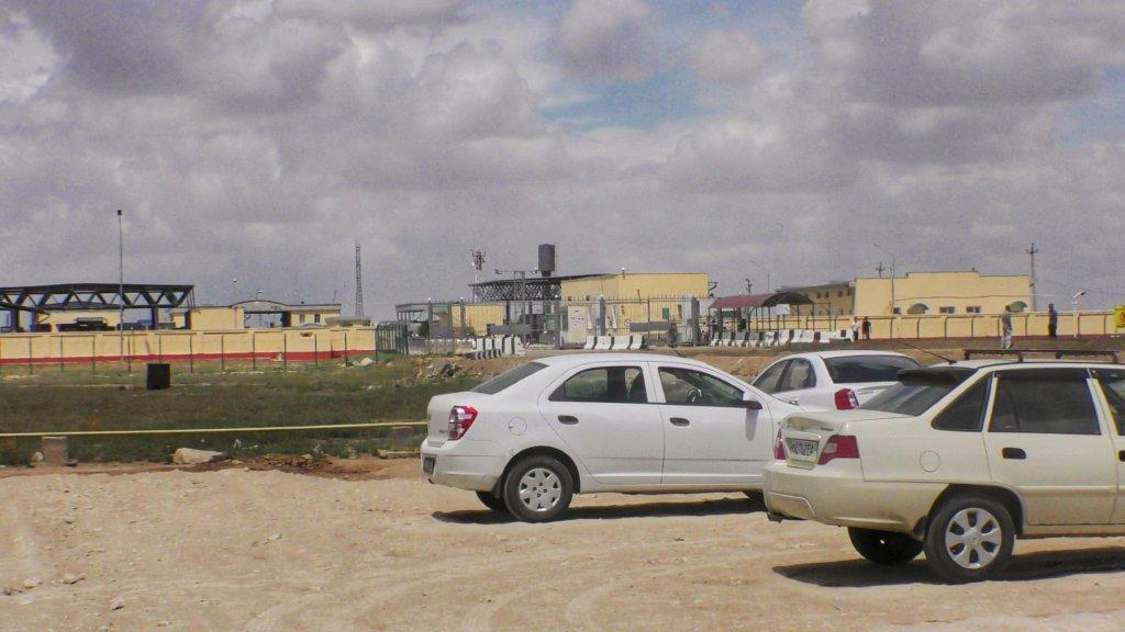カザフスタンとウズベキスタンの国境に止まる車