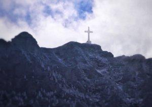 ルーマニア:絶壁に立つ巨大な十字架