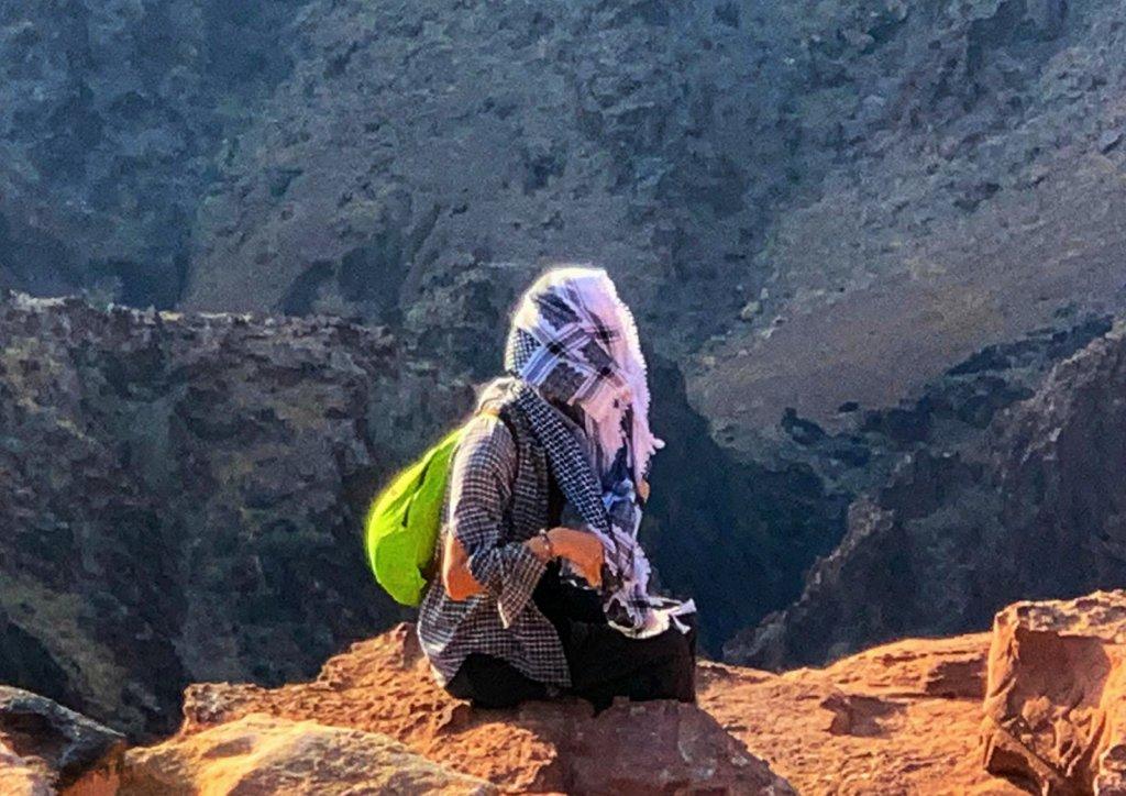 ヨルダン:クーフィーヤを顔に巻きつけた男